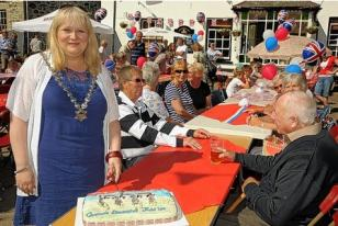The Mayor of Hayle Jayne Ninnes cuts a special Diamond Jubilee cake for the party held at the Angarrack Inn. Ref : TRGH20120604D-004_C